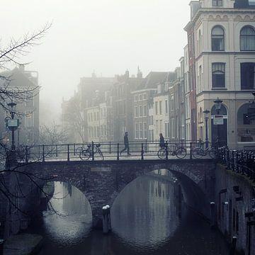 Voetgangers op de Maartensbrug in een mistig Utrecht van De Utrechtse Grachten