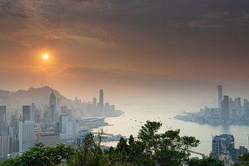 Zonsondergang over Victoria Harbour Hong Kong van Paul Dings