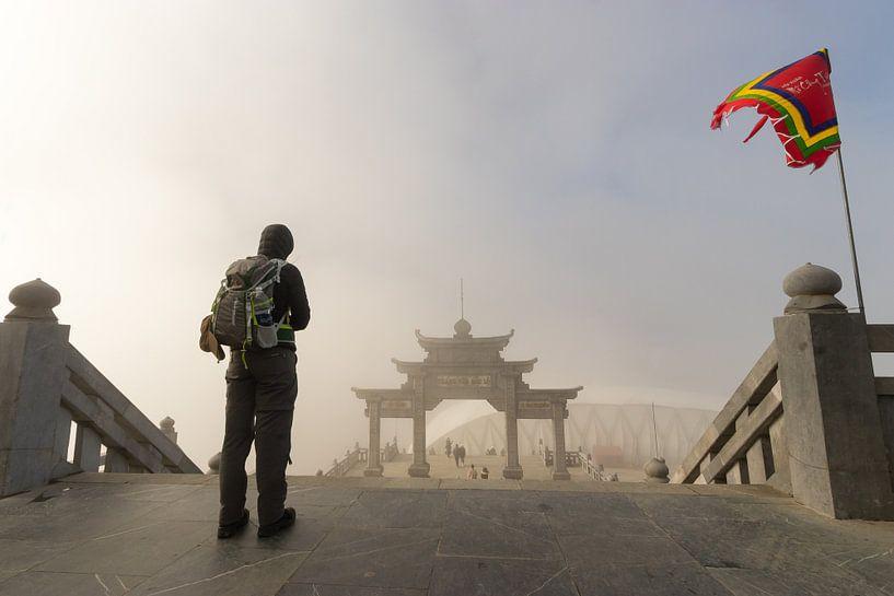 Op weg naar de Poort - Fansipan, Sa Pa, Vietnam van Thijs van den Broek