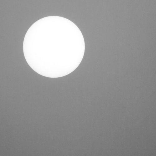 Zon tegen een grijze achtergrond