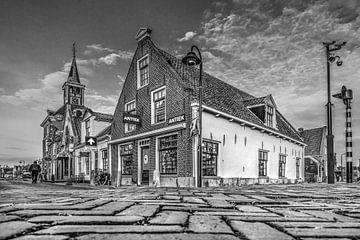 De historische kern van het Friese stadje Makkum in zwartwit van Harrie Muis