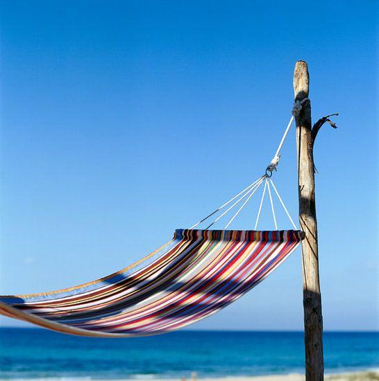 Kleurrijke hangmat op het strand van Beeldig Beeld