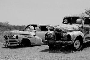 Verlaten retro klassieke auto's in woestijn, Afrika