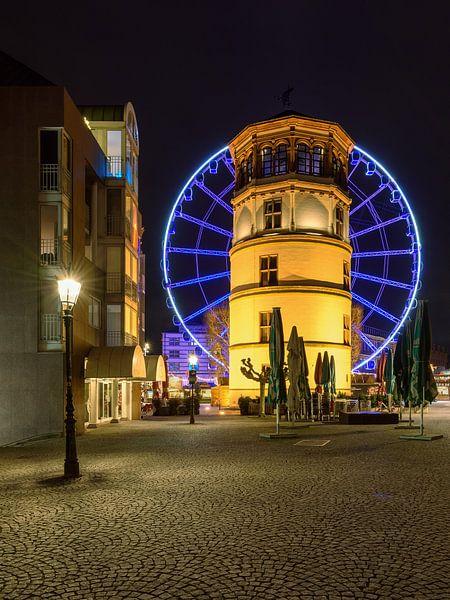 Schlossturm in Düsseldorf und blaues Riesenrad von Michael Valjak
