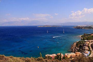 Helder blauwe griekse oceaan van Bobsphotography
