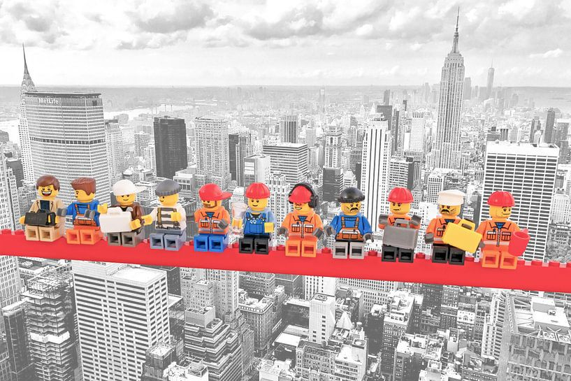 Lunch atop a skyscraper Lego edition - New York von Marco van den Arend
