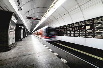 Metrotunnel in Praag, in Tsjechië met bewegende trein