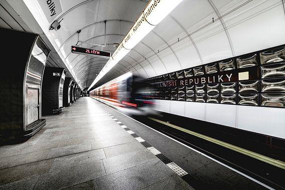 U-Bahn-Tunnel in Prag, in der Tschechischen Republik mit fahrenden Zügen