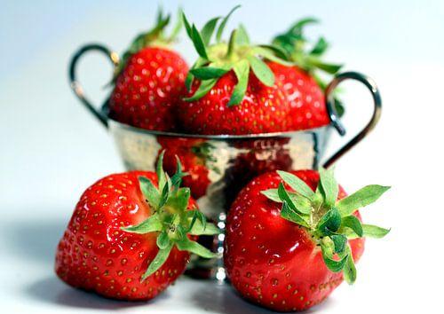 Strawberries in a silver bowl2 van Rosi Lorz