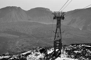 Een gondellift in een bergen landschap (El Teide) van Carlijn van Gerrevink