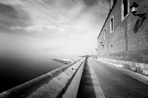 Oud klinker straatje langs de middellandse zee in Sitges, Spanje van