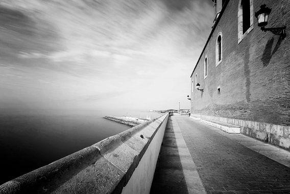 Oud klinker straatje langs de middellandse zee in Sitges, Spanje