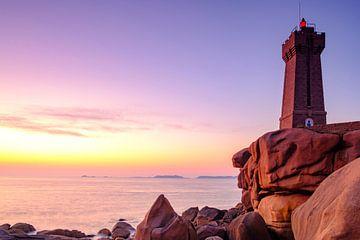 Ploumanac'h vuurtoren of Phare de Men Ruz aan de roze granietkust in Bretagne