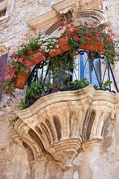 Balkon van een zeer oud woonhuis in de historische oude stad van Pula