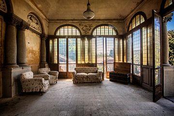 De lounge ruimte in een verlaten villa van Aurelie Vandermeren