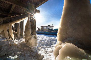 IJs sculpturen aan houten pier in meer van Fotografiecor .nl