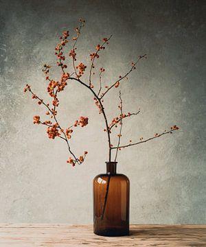 Herbstdekoration Zweig in brauner Vase von Mariska Vereijken