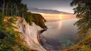 Krijtrotsen aan de Oostzee op Rügen bij zonsopgang. van Fine Art Fotografie