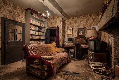Huiskamer in vervallen huis van Inge van den Brande