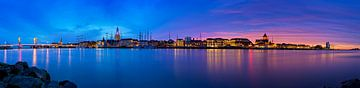 Panorama Kampen aan de rivier tijdens een adembenemende zonsondergang 1 van Anton de Zeeuw
