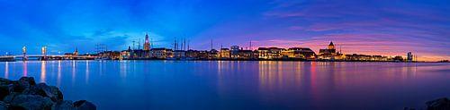 Panorama Kampen aan de rivier tijdens een adembenemende zonsondergang 1 van