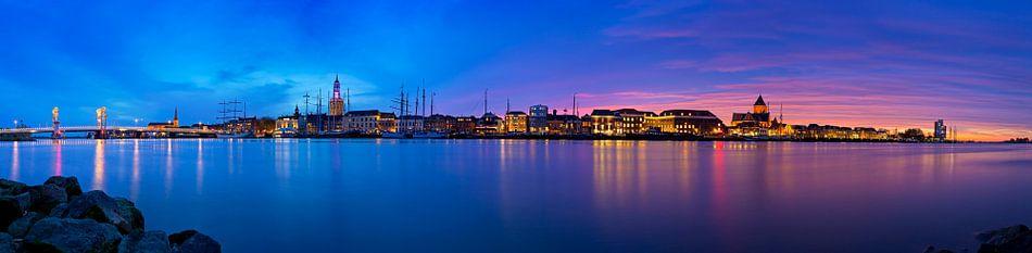 Panorama Kampen aan de rivier tijdens een adembenemende zonsondergang 1