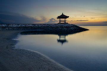 Karang-Strand, Sanur, Bali, Indonesien - 23. Dezember 2019 : Ein ruhiger und stiller früher Morgen a von Anges van der Logt