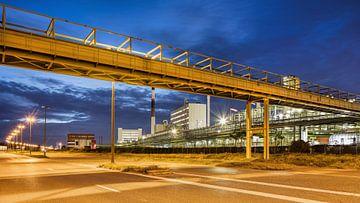 Petrochemische industrie bij schemer met pijplijn viaduct van Tony Vingerhoets