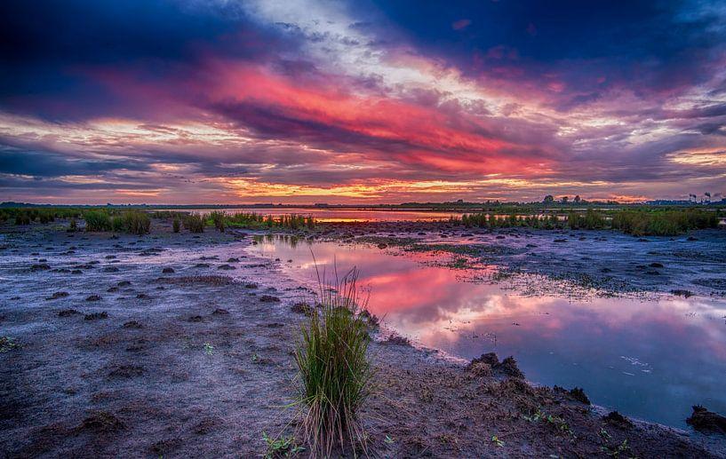 Sunset reflectie van Reint van Wijk