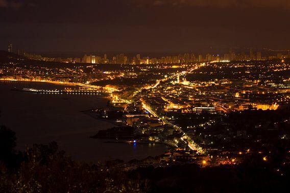 Benidorm in de nacht gezien vanuit Altea Hills van Paul Wendels