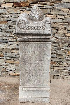Stele / zuilvoet met opschrift Philippi / Φίλιπποι (Daton) van ADLER & Co / Caj Kessler