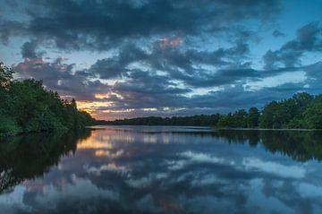 Bunte Himmel mit Reflexion im Wasser während des Sonnenaufgangs von Marcel Kerdijk