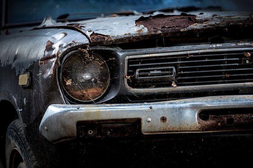 Een verlaten geroeste oldtimer Datsun 120y uit 1973 van Paul Wendels