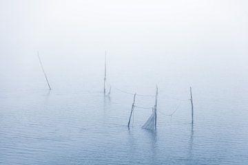 Vissersnetten in de waddenzee aan de afsluitdijk van mitevisuals