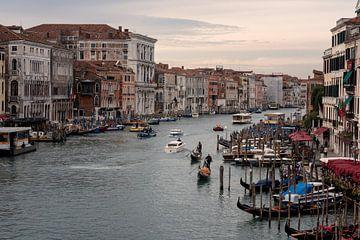 Uitzicht vanaf de Rialto brug in Venetië van De Afrika Specialist