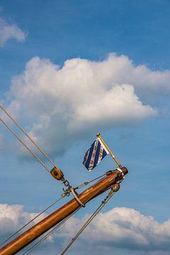 De Friese vlag op de boegspriet van een zeilschip van Harrie Muis