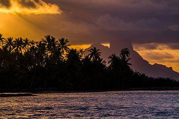 Zonsondergang Taha'a met Bora Bora op achtergrond van