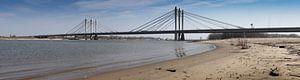 Panoramafoto Ewijk 24-03-2012. Die Tacitusbrücke ist eine neue Schrägseilbrücke, die neben der alten