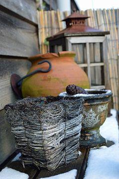 Tuindecoratie met mandje, pot en oude lantaarn van Ronald H