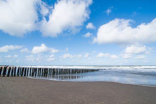 Waterbrekers op het strand  von Marianne Rouwendal