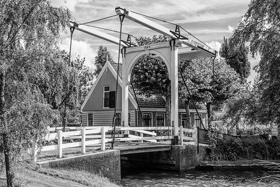 De ophaalbrug van Zuiderwoude, Nederland van Loek van de Loo