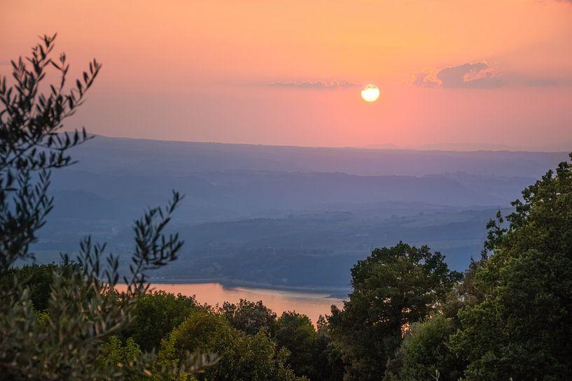 Sonnenuntergang am Lago di Corbara, Italien von Arja Schrijver Fotografie