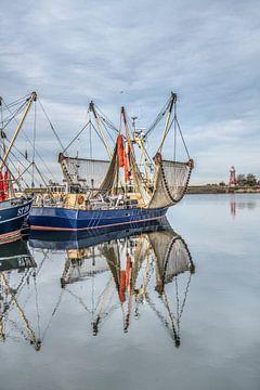 Windstille voorjaarsdag in de haven van het Friese stadje Stavoren met vissersboot en vuurtoren sur Harrie Muis