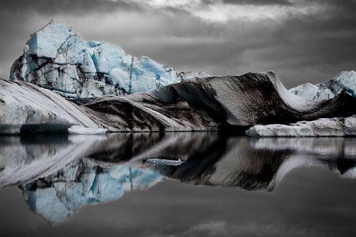 Icebergs in the Jökulsárlón Glacier Lagoon van
