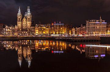 Nachtfoto Prins Henderikkade met de Sint-Nicolaaskerk von René Rollema