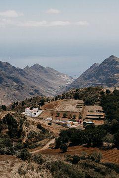 Spanisches Dorf zwischen den Bergen auf Teneriffa von Yvette Baur