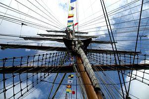 Zeilboot met de mast hoog in de lucht van