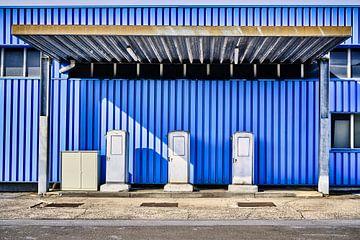 Blauw benzinestation van Marius Ahlers