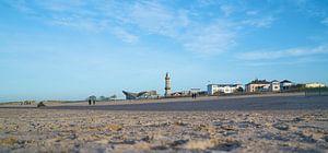 Warnemünde strand aan de kust van de Oostzee in Duitsland van Heiko Kueverling