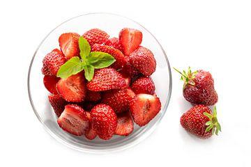 Dessert aus frischen Erdbeeren mit Pfefferminzgarnitur in einer Glasschale, schattenhaft isoliert au von Maren Winter